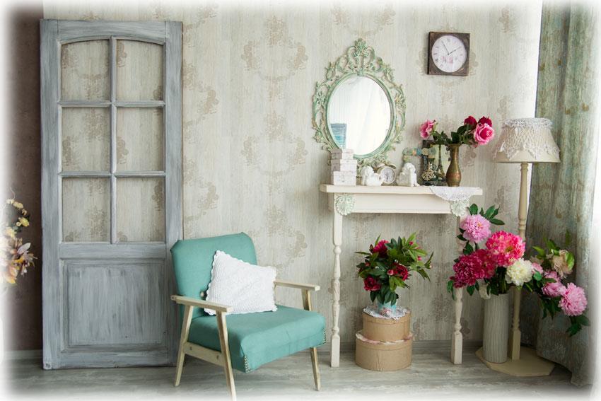 シャビ―でフレンチテイストのアンティーク家具のある部屋