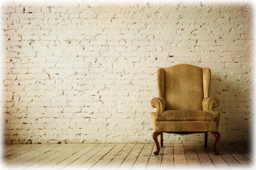 アンティークのウイングソファのあるシンプルな部屋