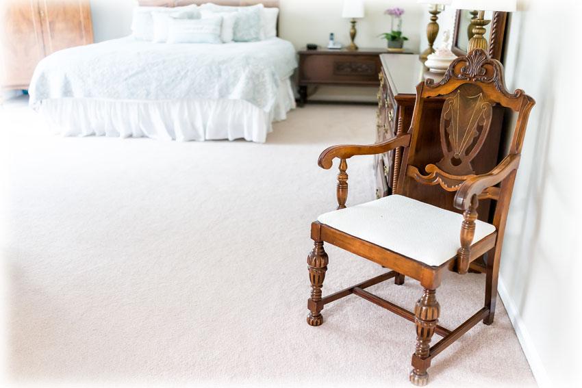 アンティークの椅子があるベッドルーム