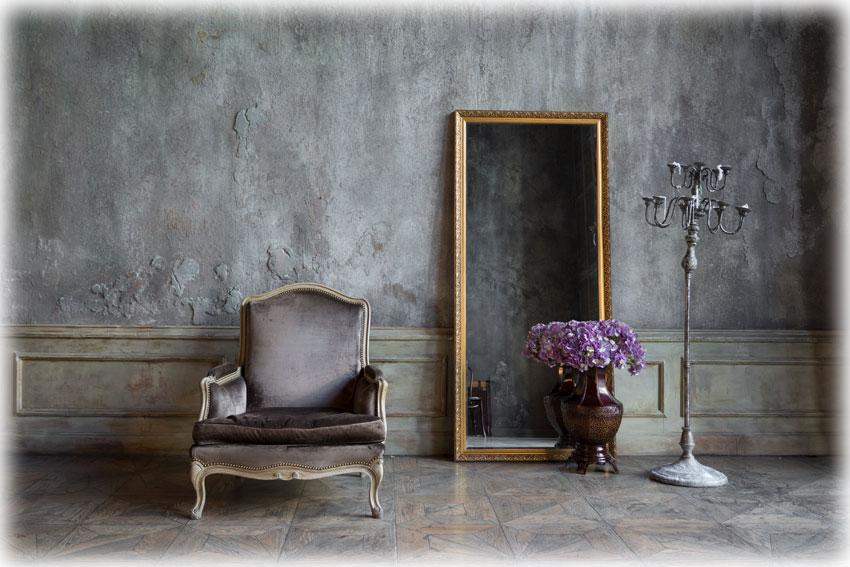 アンティークソファとミラーのあるクラシカルな部屋
